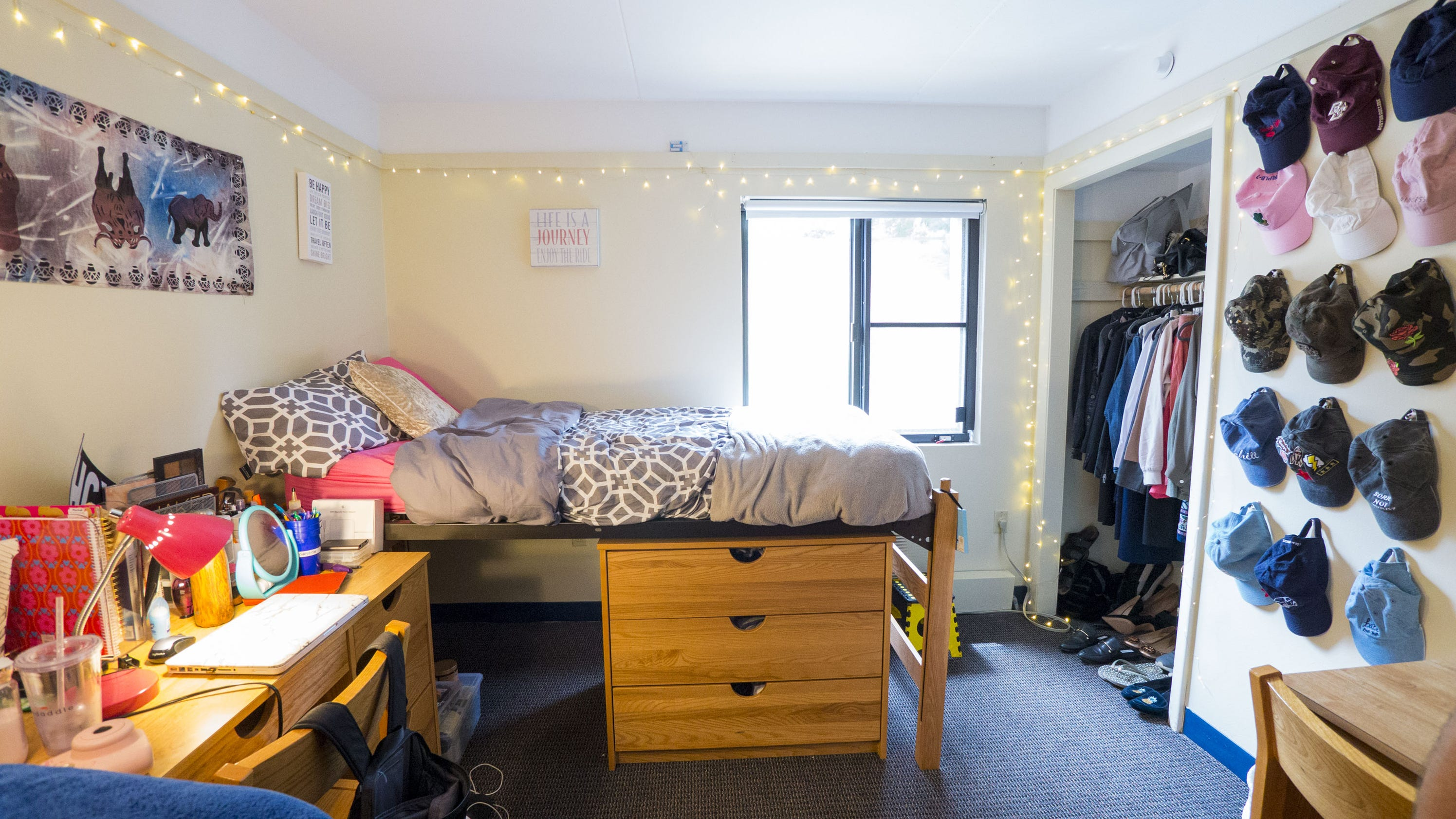 7 ways you can transform a dorm room without hiring an interior designer for Hiring an interior designer on a budget