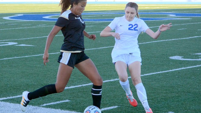 Hobbs' Alexis Chavez and Carlsbad's Hayven Burkeen battle for possession in the first half Tuesday.