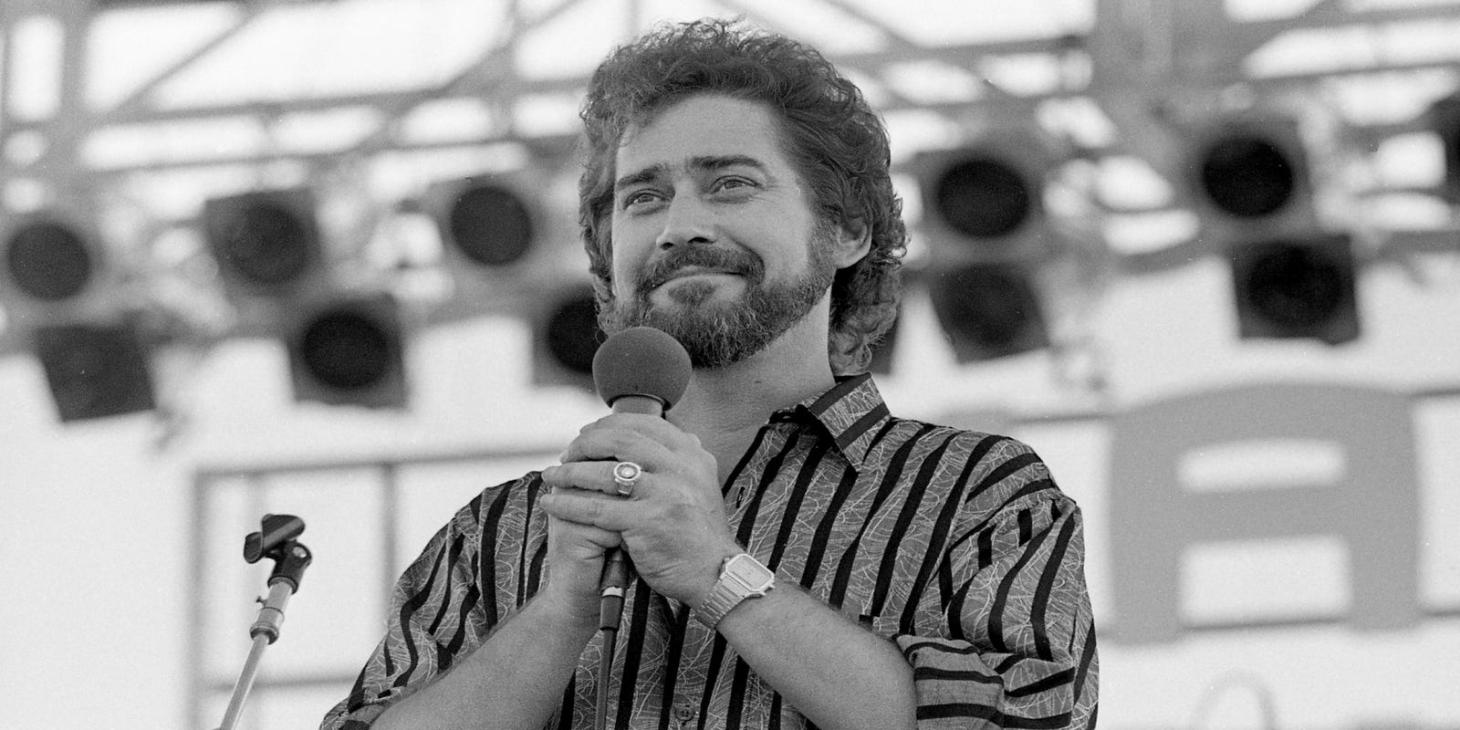 Amy Shelton White earl thomas conley, who sang 'holding her and loving you