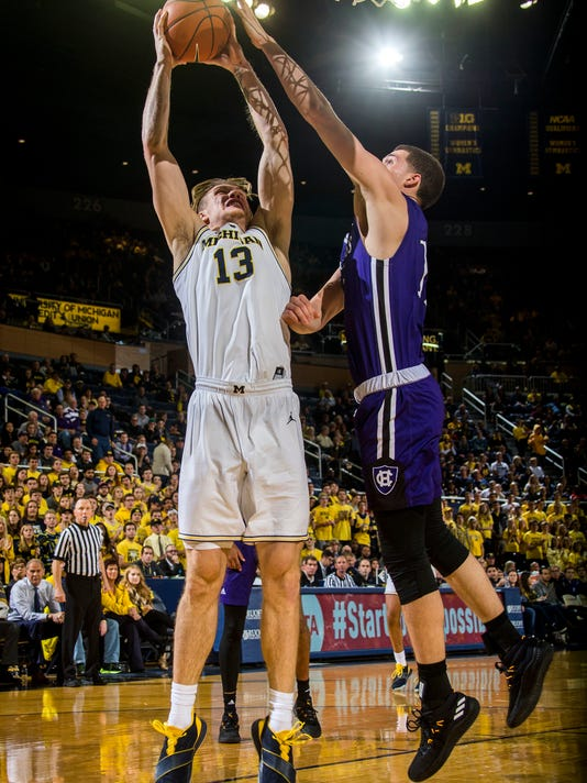 Holy_Cross_Michigan_Basketball_00112.jpg