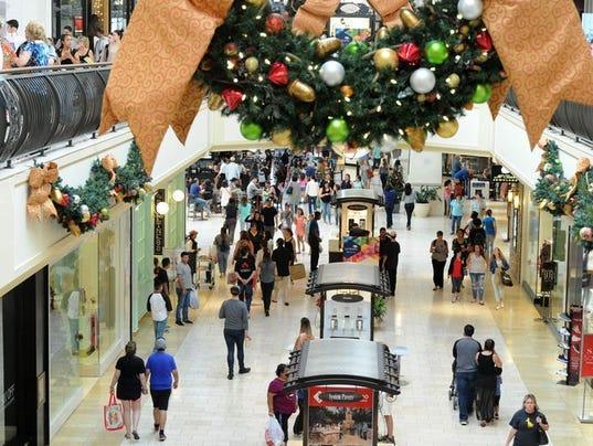 636524085368118509-Oaks-Christmas-shopping.jpg