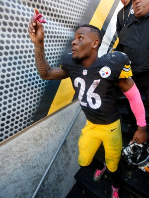 Pittsburgh Steelers running back Le'Veon Bell leaves the field after a game against the Arizona Cardinals on Oct. 18, 2015.