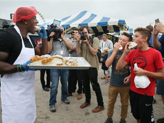 Donald Driver shares the cream puffs he made with some