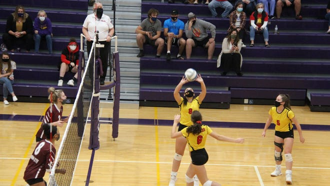 Reading battles Union City in Wednesday's girls volleyball district semifinal. Photo: Troy Tennyson, Coldwater Daily Reporter