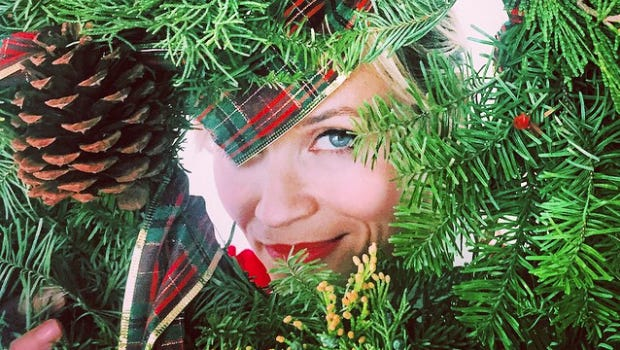 Reese Witherspoon jokes with Mindy Kaling about #wreathwitherspoon.