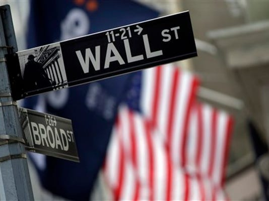 En fotografía del 2 de octubre de 2014 se ve el letrero de la calle donde se encuentra el mercado de valores estadounidense. Las acciones en Estados Unidos abrieron a la baja el martes 18 de agosto tras la aguda caída de la bolsa en Shanghai. (Foto AP/Richard Drew, archivo)