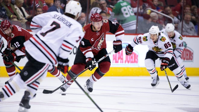 The Coyotes Shane Doan controls the puck against the  Blackhawks during the second period of the NHL game at Gila River Arena in Glendale on Tuesday, December 29, 2015.