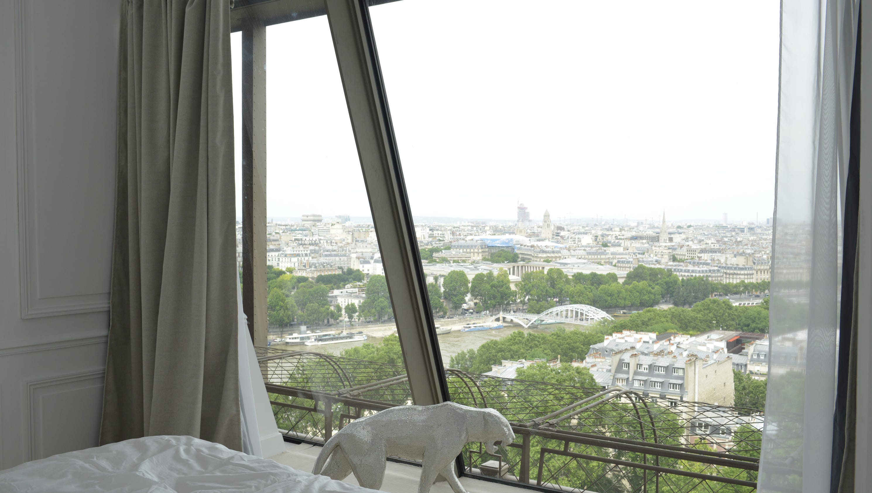 Inside homeaway 39 s eiffel tower apartment for Apartment in eiffel tower