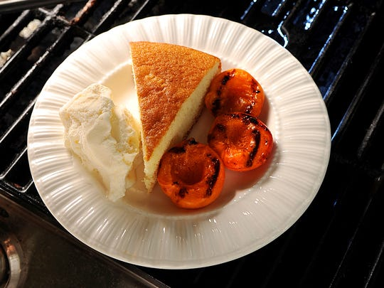 Grilled cake with apricots