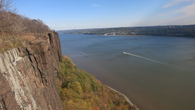This shows the north-facing view over the Palisades and the Hudson River from Ruckman Point (the first viewpoint on the hike).