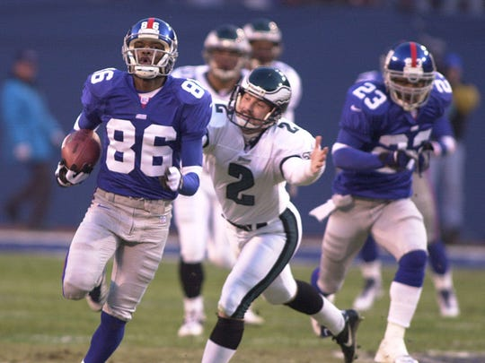 The Giants' Ron Dixon (86) returns the opening kickoff for a touchdown during a playoff game in 2001.