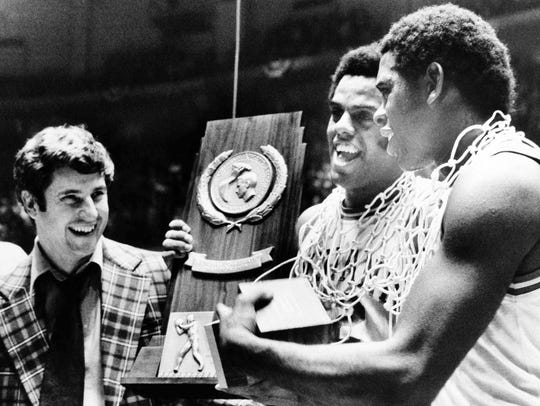 Indiana University coach Bobby Knight, left and players