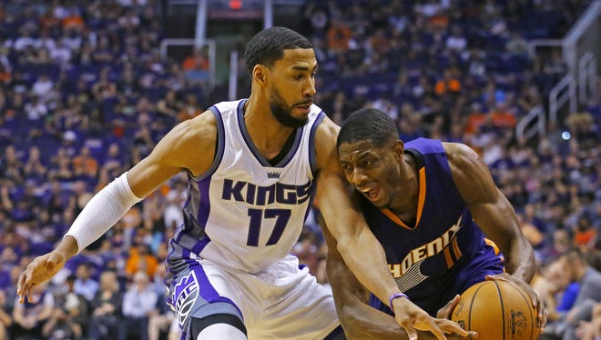 Suns guard Brandon Knight (11) tries to get past Kings guard Garrett Temple (17) during the first half off their game Wednesday, Oct. 26, 2016 in Phoenix.