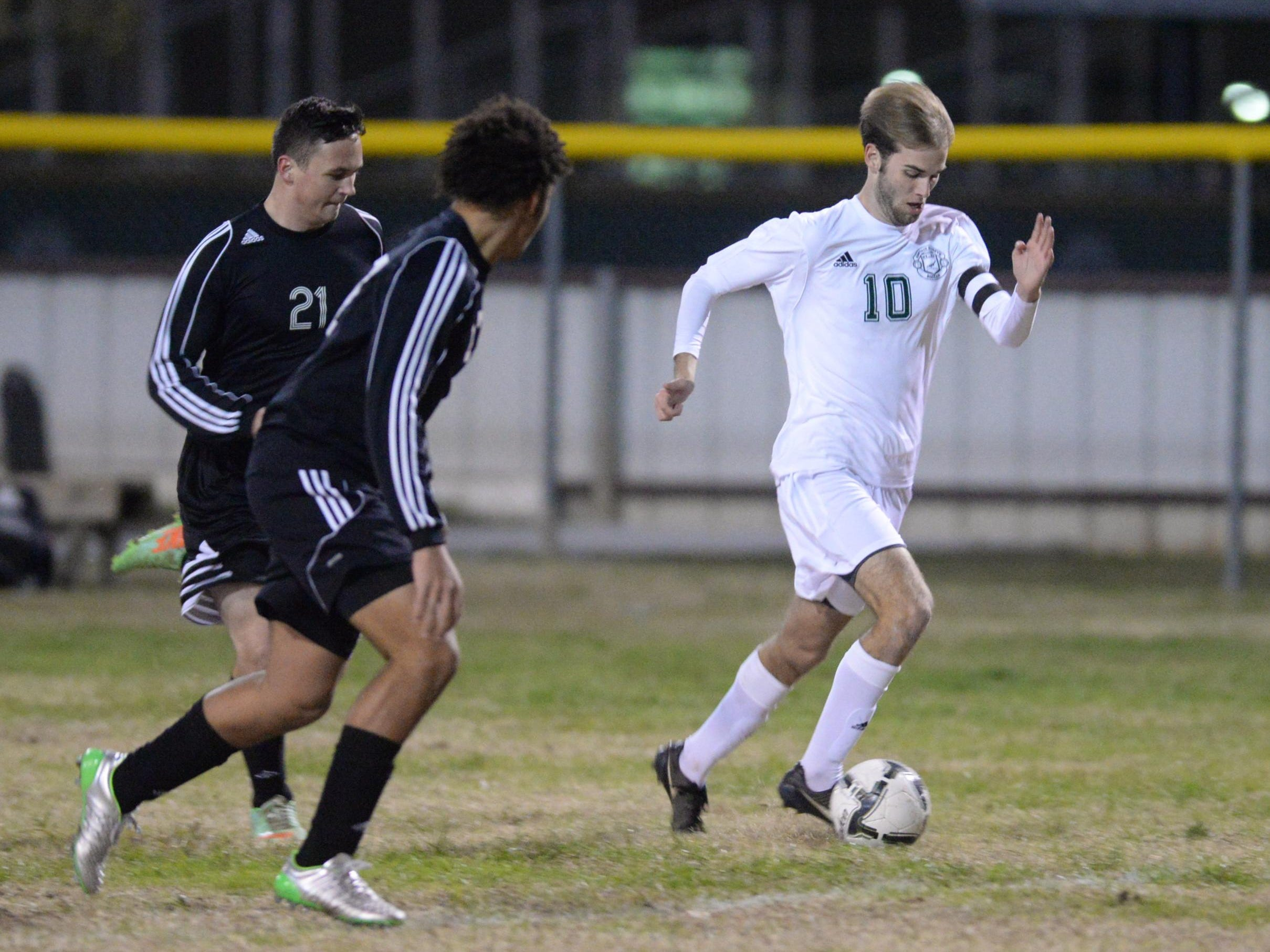 Hardy Hall of Capt Shreve breaks away with the ball while taking on Parkway.