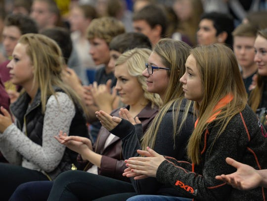 Students clap for Royalton native and NFL Hall of Famer