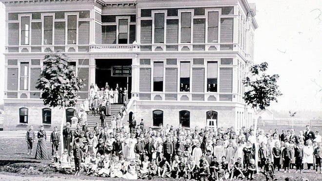 Students stand in front of the old Grant School, which was built in 1891. 2012.016.1446 / Willamette Heritage Center
