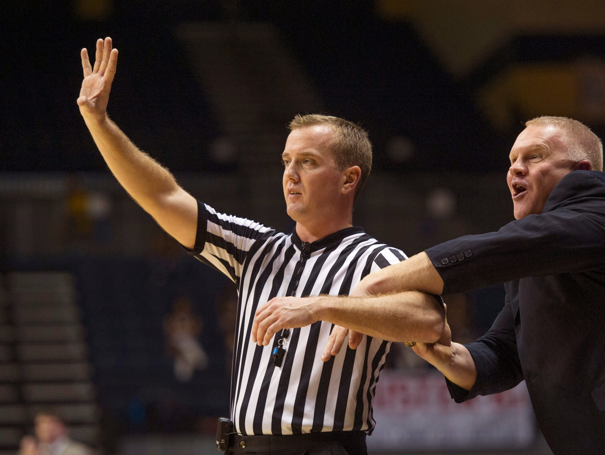 Murray State Racers head coach Rob Cross demonstrates