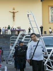 Gente trabaja en la colocación de barricadas en los