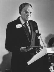 Tom Massey speaks after receiving the Boss of the Year award from the San Angelo Legal Secretaries Association in March 1986.