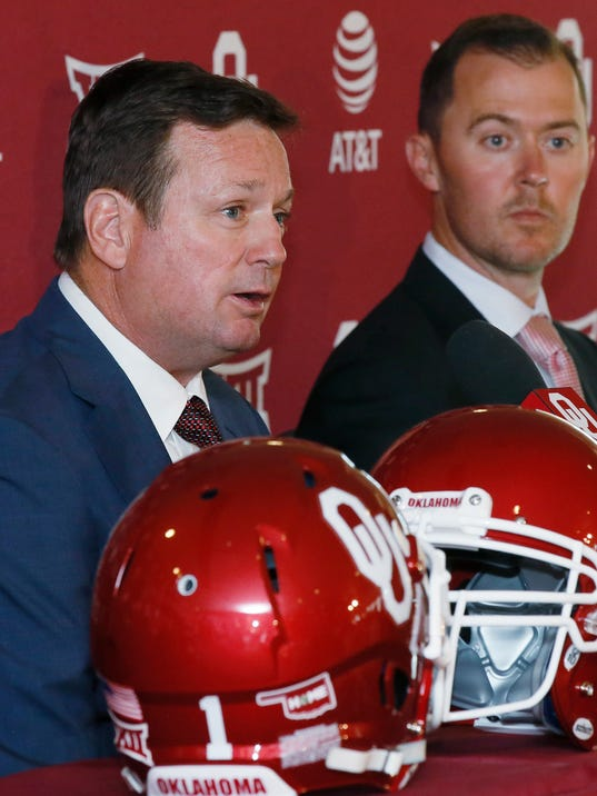 Oklahoma football coach Bob Stoops, left, speaks at a news conference to announce his retirement in Norman, Okla., Wednesday, June 7, 2017. At right is offensive coordinator Lincoln Riley, who has been named Stoops' successor. (AP Photo/Sue Ogrocki)