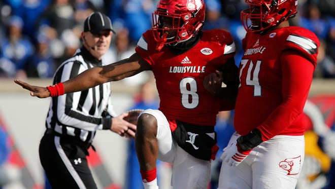 Louisville's Lamar Jackson strikes a Heisman Trophy pose after scoring his team's last touchdown. Nov. 26, 2016.