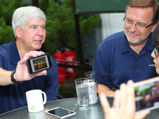Gov. Rick Snyder shows off a Michigan sunset to Chinese