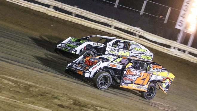 2015 Calibre Coatings Unlimited Modified action at Manitowoc Speedway.