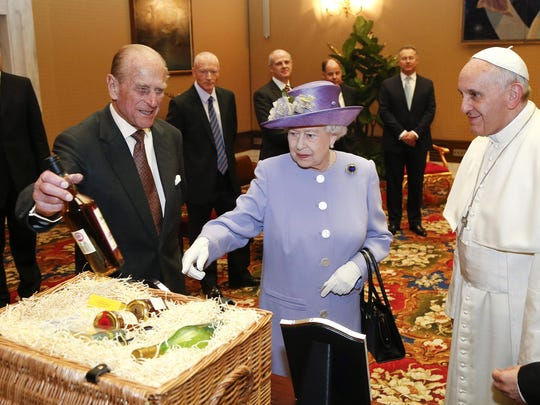 Queen presents gift to Pope Francis
