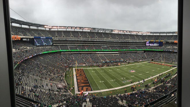 Minutes before Notre Dame (1-3) kicked off with Syracuse (2-2) on Saturday afternoon, MetLife Stadium was virtually empty