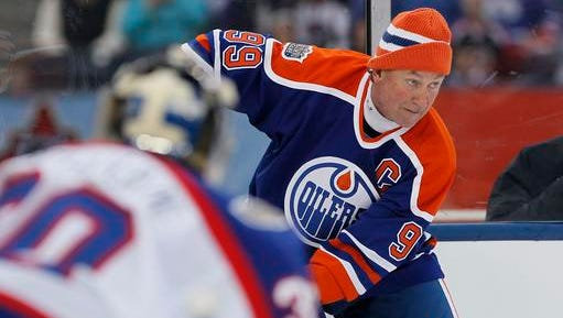 """FILE - In this Oct. 22, 2016, file photo, former Edmonton Oiler Wayne Gretzky (99) looks for the open player against the Winnipeg Jets Alumni during the third period of an NHL Heritage Classic Alumni hockey game in Winnipeg. NHL.com reported on Nov. 17, 2016, that Gretzky will appear on an episode of """"The Simpsons"""" set to air Dec. 11."""
