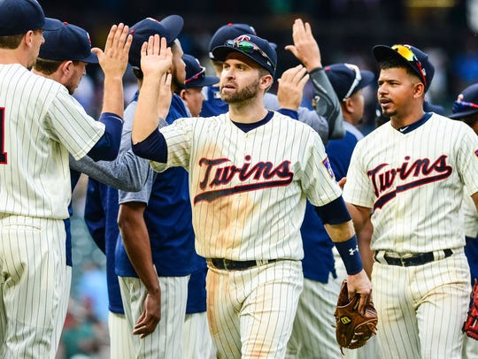 Minnesota Twins second baseman Brian Dozier (center)