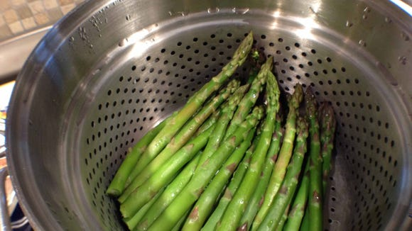 Now see how the color becomes more vivid after steaming. Color is a good indication of when your asparagus is cooked just enough. If the color starts to get dull again, you?ve let it steam too long.
