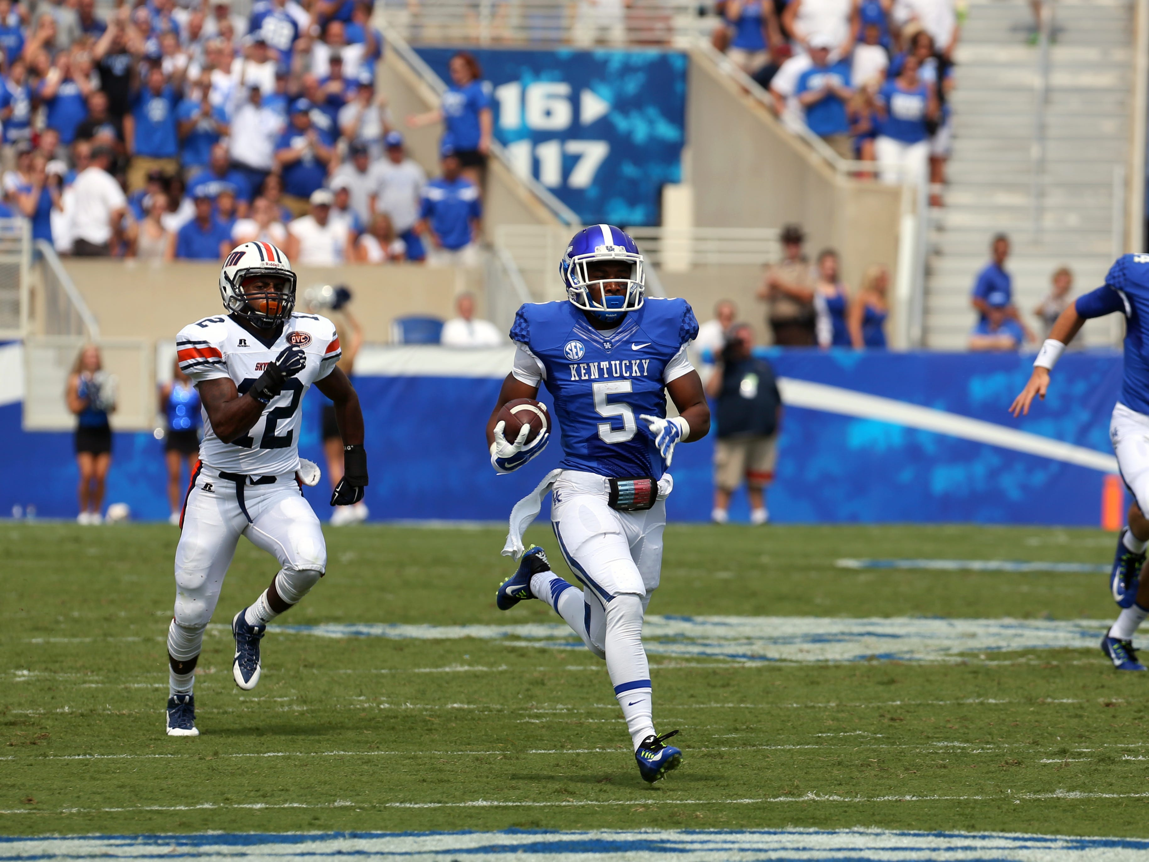 Kentucky's Braylon Heard breaks free from the pack to score his first touchdown.