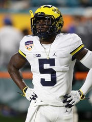 Michigan linebacker Jabrill Peppers warms up before