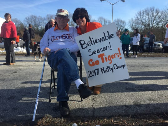 636196641028052890-Clemson-Tiger-fans-at-the-airport.JPG