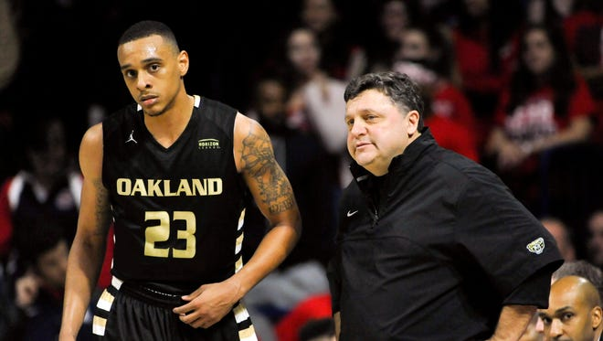 Oakland Golden Grizzlies head coach Greg Kampe and forward Tommie McCune (23) talk during the first half against the Arizona Wildcats at McKale Center. Arizona won 101-64.