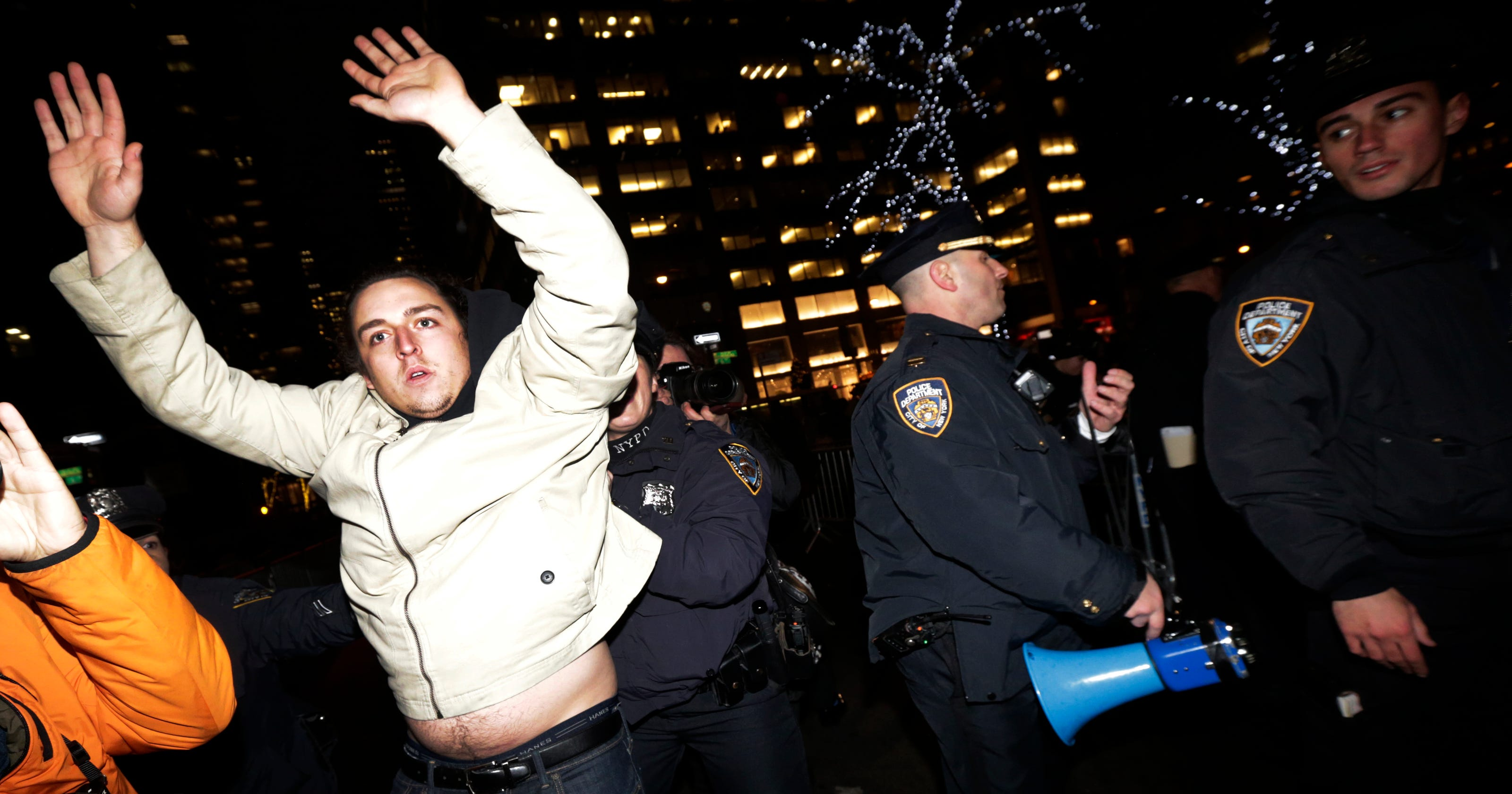 edb002e28f No charges in NYC chokehold death; federal inquiry launched