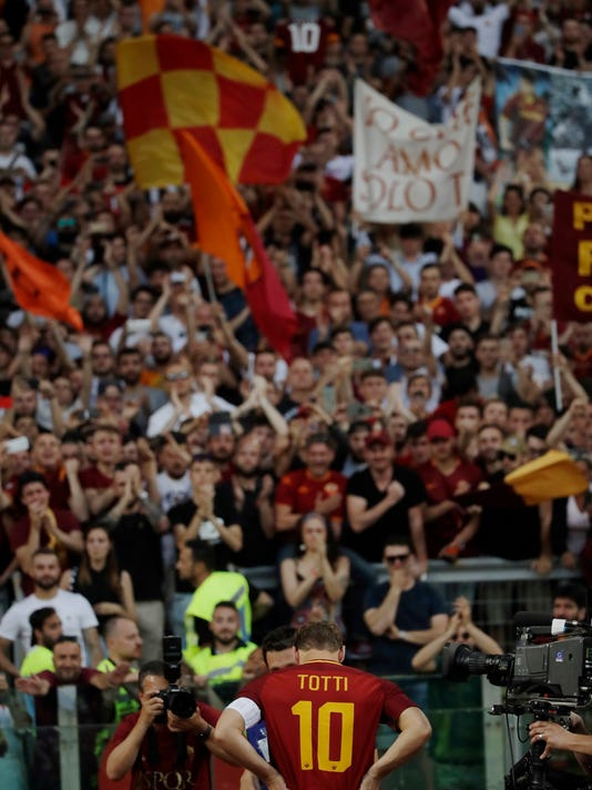 Roma's Francesco Totti salutes his fans after an Italian Serie A soccer match between Roma and Genoa at the Olympic stadium in Rome, Sunday, May 28, 2017. Francesco Totti played his final match with Roma against Genoa after a 25-season career with his hometown club. (AP Photo/Alessandra Tarantino)