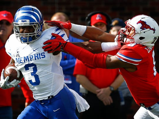 University of Memphis receiver Anthony Miller fights off SMU defender Rodney Clemons (right) to complete a 50-yard touchdown catch in Dallas Saturday.