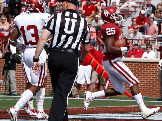 Oklahoma running back David Smith (25) runs in for a touchdown during the annual NCAA college spring football game in Norman, Okla., Saturday, April 12, 2014. (AP Photo/Alonzo Adams)