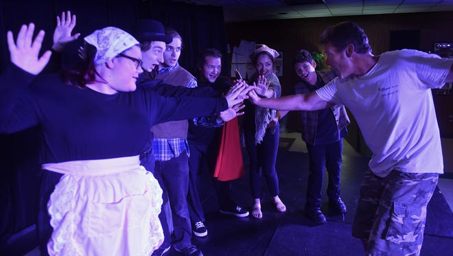 "Stuart Champeau of Rogue Theater teaches the Viola Spolin method of improvisational acting to ""Paul Sills' Story Theatre'' cast members, from left, Isabel Vreeke, Ian Toyne, John Henry Amelinckx, Make Keene, Miluzka McCarthy and Zeno McCarthy."