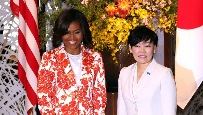 U.S. first lady Michelle Obama and her Japanese counterpart Akie Abe pose at Iikura Guest House in Tokyo, Thursday.