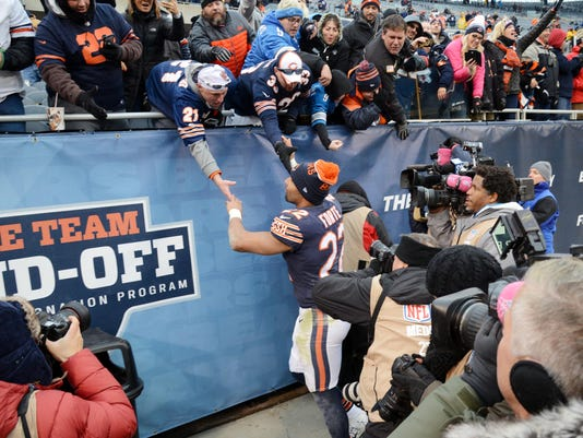 Chicago Bears running back Matt Forte greets fans after the game against the Detroit Lions during an NFL football game, Sunday, Jan. 3, 2016, at Soldier Field in Chicago. (John Starks/Daily Herald via AP)