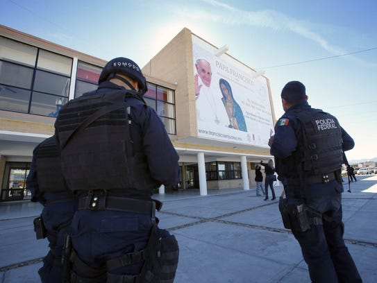Federal police stand guard outside the Seminario Conciliar
