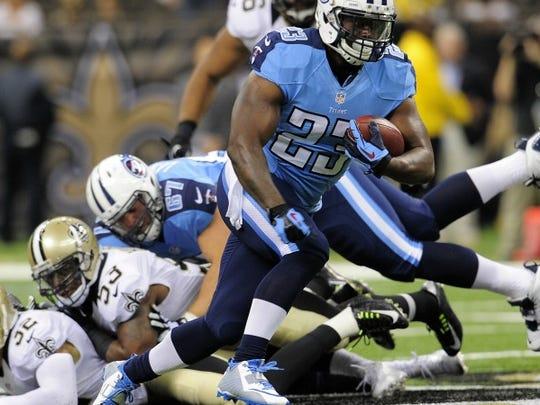 Titans running back Shonn Greene races up the field