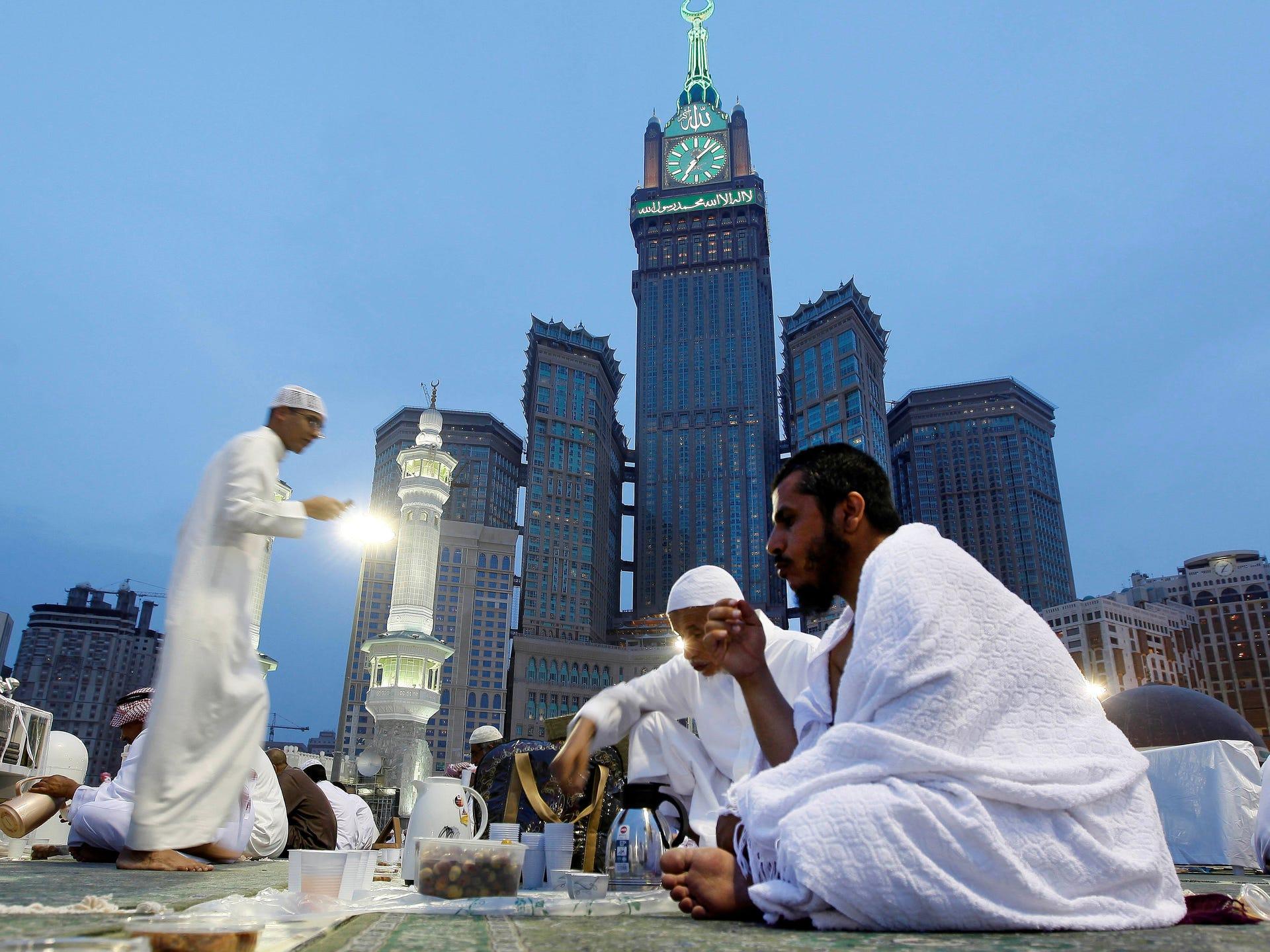 متابة توسعة الحرمين منذ 2013 الى 2015  1373526273000-AP-Mideast-Saudi-Arabia-Ramadan-1307110305_4_3