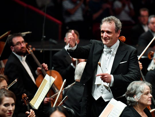 Langree goes into the orchestra to thank soloists at