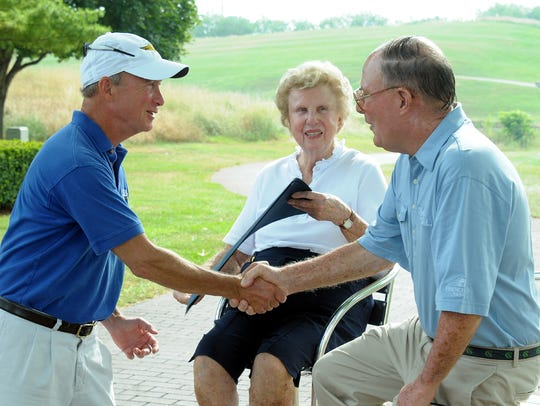 Gov. Mitch Daniels shakes hands with Pete Dye after