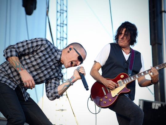 Chester Bennington, left, and Dean DeLeo of the rock