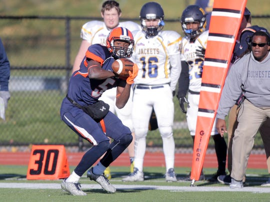 Hobart wide receiver Brandon Shed makes a catch on the sidelines against the University of Rochester.